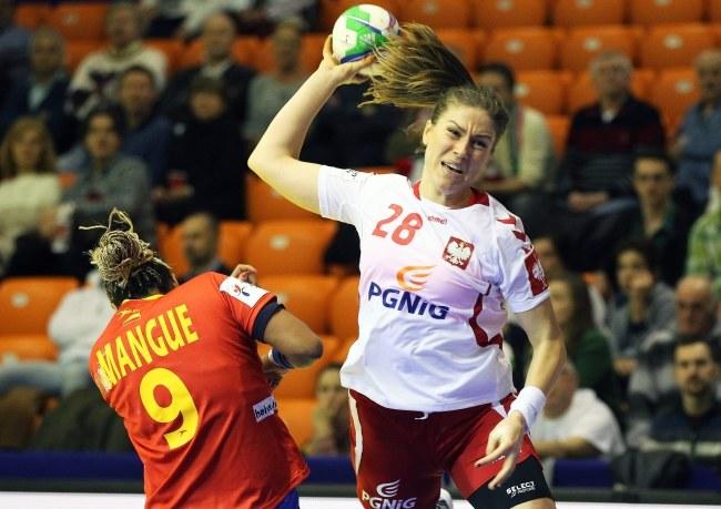 Alina Wojtas (z piłką) w meczu z Hiszpankami /PAP/EPA