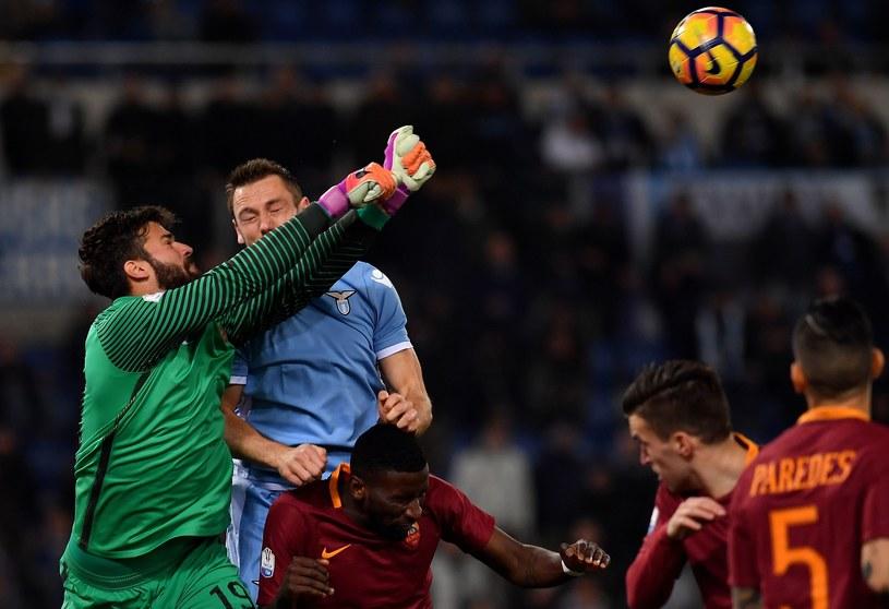 """Alisson piąstkuje piłkę po dośrodkowaniu w pole karne """"Giallorossich"""" /AFP"""