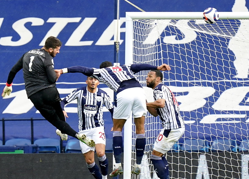 Alisson strzela gola dla Liverpoolu /PAP/EPA