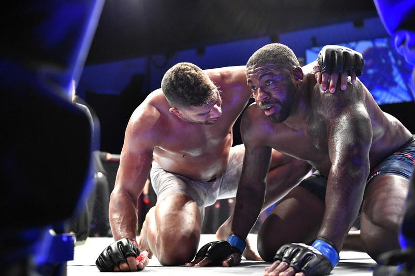 Alistair Overeem pociesza pokonanego Walta Harrisa /Douglas P. DeFelice /Getty Images