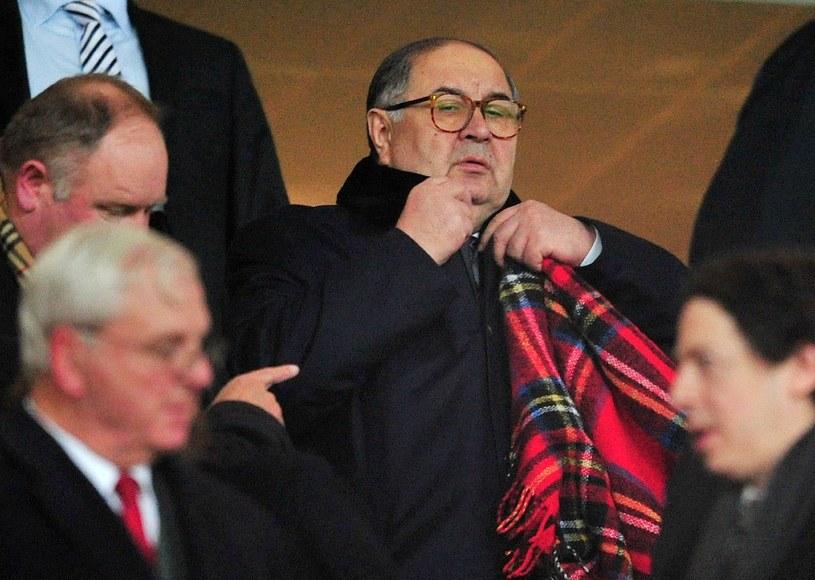Aliszer Usmanow na trybunach Emirates Stadium. Rosjanin jest udziałowcem Arsenalu Londyn /AFP