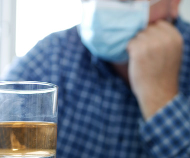 Alkohol a szczepienie przeciw COVID-19. Czy można pić przed lub po?