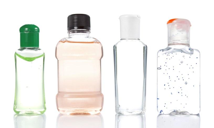 Alkohol działa na bakterie i wirusy poprzez niszczenie ich białek /123RF/PICSEL