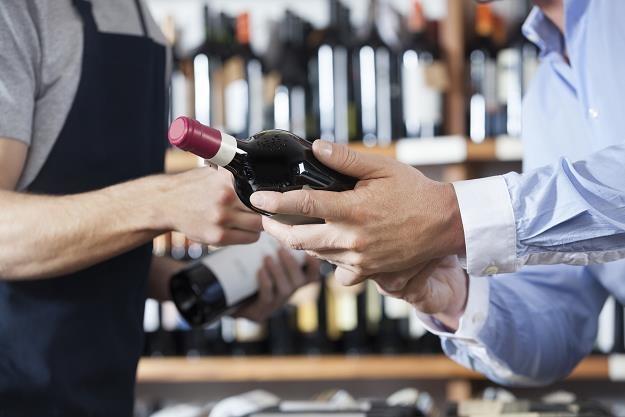 Alkohol jest zbyt łatwo dostępny /©123RF/PICSEL
