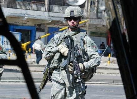 Alkohol nie pomaga wizerunkowi żołnierzy US Army w Iraku. Nie dość, że okupują, to jeszcze piją... /AFP