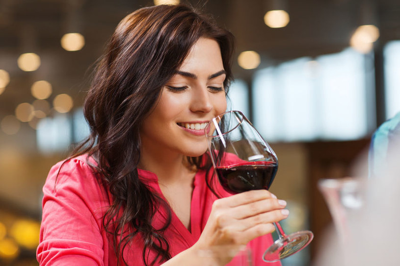 Alkohol niezykle obciąża wątrobę /123RF/PICSEL