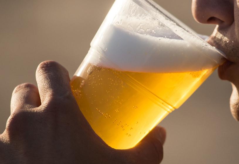 Alkohol pity w nadmiarze sprzyja uciążliwym dla innych zachowaniom /123RF/PICSEL