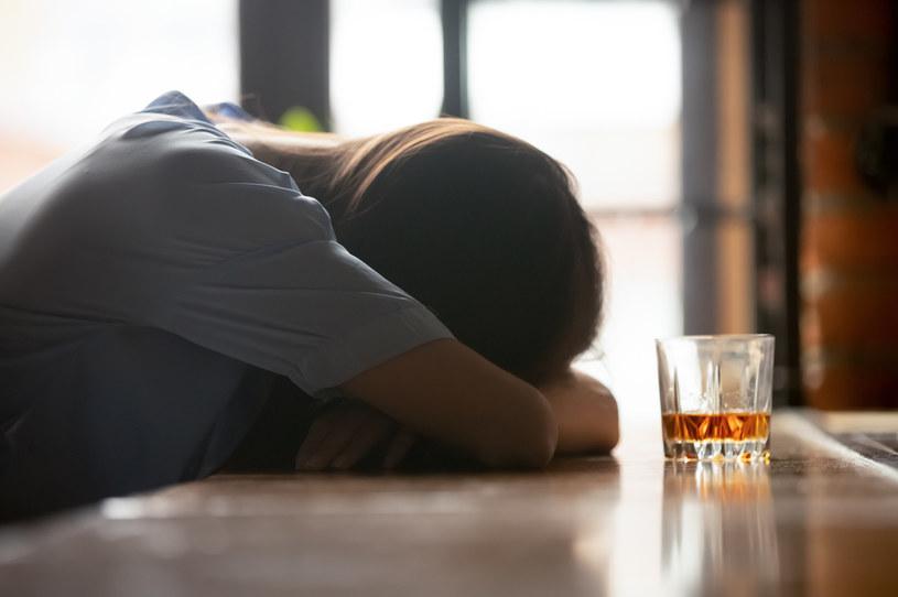 Alkohol powoli i podstępnie zabiera umiejętność życia bez niego /123RF/PICSEL