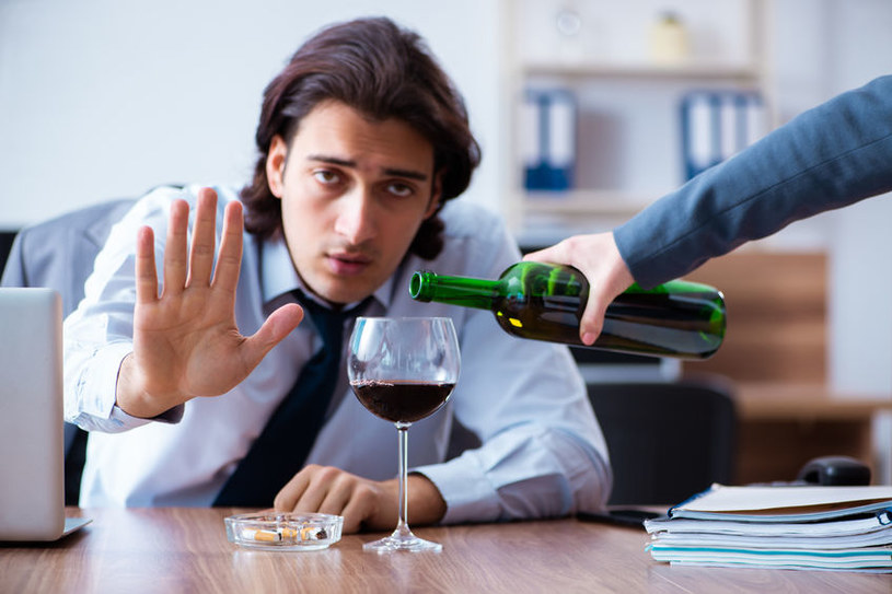 Alkohol szkodzi wątrobie /©123RF/PICSEL