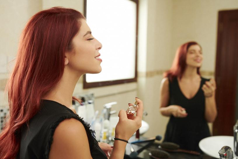 Alkohol znajduje się w każdych perfumach i bardzo przesusza włosy /123RF/PICSEL