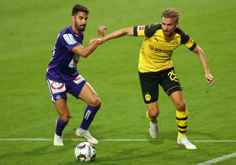 Alon Turgeman (po lewej) oraz Marcel Schmelzer w czasie towarzyskiego spotkania Austria Wiedeń - Borussia Dortmund /EXPA/ Thomas Haumer  /Newspix
