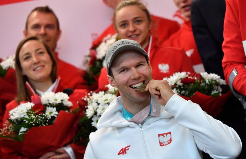 Alpejczyk Igor Sikorski (w środku) na lotnisku Okęcie, po przylocie z XII Zimowych Igrzysk Paraolimpijskich /Bartosz Zborowski /PAP