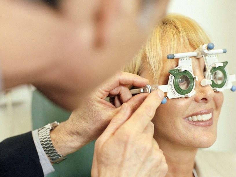 Alternatywą dla okularów są soczewki kontaktowe lub operacja oka  /© Bauer