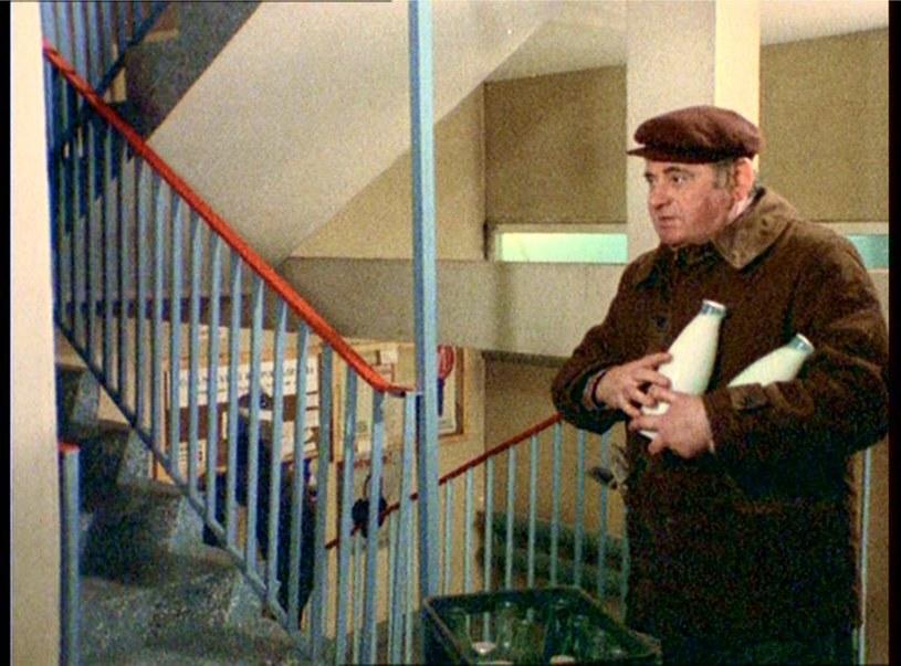 """""""Alternatywy 4"""": Nawet zwykłe dostarczanie mleka pod drzwi w bloku przy ul. Alternatywy mogło mieć zaskakujący finał. W roli roznosiciela Roman Kosierkiewicz, artysta operetki. /East News/POLFILM"""
