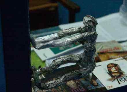 """Aluminiowy cerber na straży kasy kina """"Skarb"""" /INTERIA.PL"""