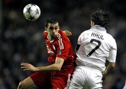 Alvaro Arbeloa będzie teraz grał w jednej drużynie z Raulem. /AFP