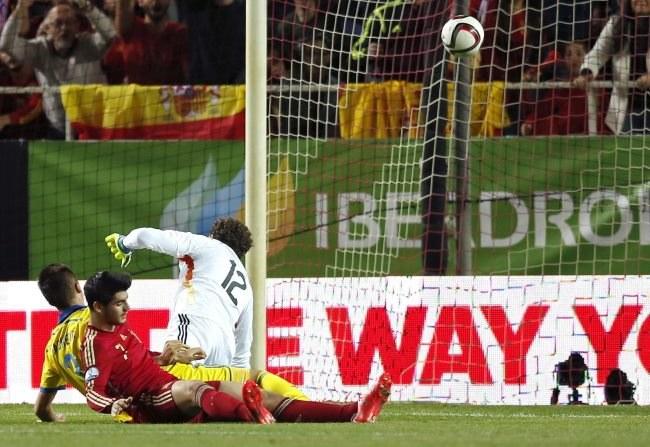 Alvaro Morata strzela gola dla Hiszpanii w meczu z Ukrainą /PAP/EPA