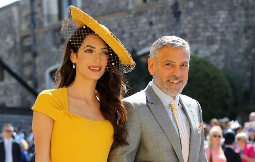 Amal Clooney z mężem Georgem Clooneyem w eleganckich stylizacjach /East News