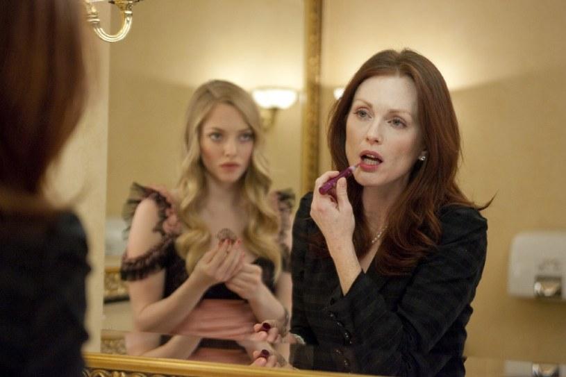 "Amanda Seyfried i Julianne Moore w filmie ""Chloe"" /materiały prasowe"