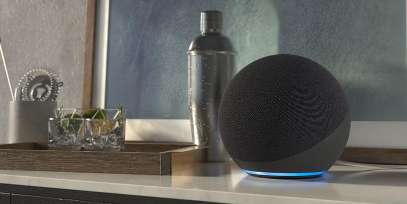 """Amazon Echo Dot 4 - niebieski krąg oznacza, że wypowiedziana została fraza """"Alexa"""" /materiały prasowe"""