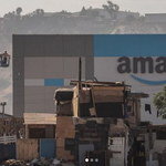 Amazon postawił nowoczesny magazyn na tle baraków - zdjęcia obiegły internet