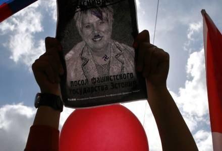 Ambasador faszystowskiej Estonii - głosi napis na plakacie trzymanym przed rosyjskiego demonstranta /AFP