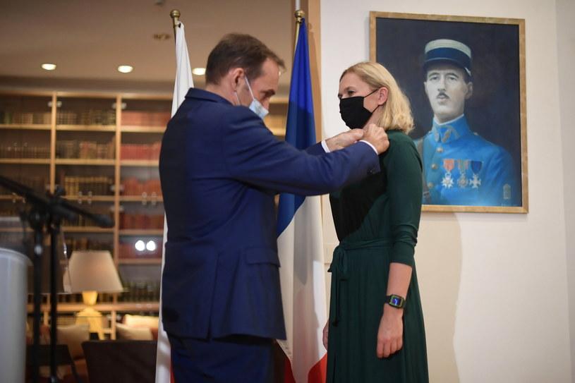 Ambasador Francji w Polsce Frederic Billet wręczył insygnia kawalera francuskiego Narodowego Orderu Zasługi Barbarze Nowackiej / Marcin Obara  /PAP