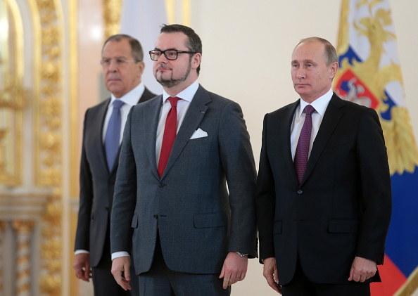 Ambasador Jean-Claude Knebeler oraz Siergiej Ławrow i Władimir Putin. /Mikhail Metzel\TASS  /Getty Images