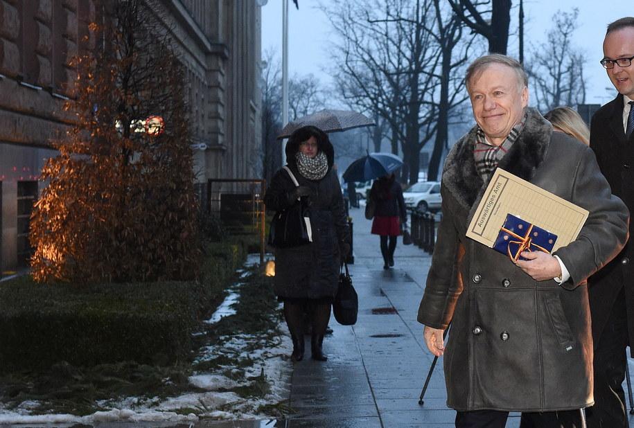 Ambasador Niemiec Rolf Nikel w drodze na spotkanie w Ministerstwie Spraw Zagranicznych /Radek Pietruszka /PAP