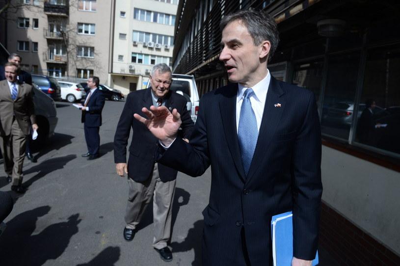Ambasador USA Paul Jones w drodze do siedziby PiS na spotkanie z prezesem Kaczyńskim /Jacek Turczyk /PAP