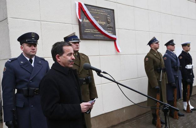 Ambasador USA w Polsce - Stephen D. Mull podczas odsłonięcia tablicy na budynku MON w Warszawie, upamiętniającej Jana Karskiego z okazji 100. rocznicy jego urodzin /Rafał Guz /PAP