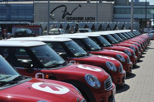 Amber Gold planowała równiez uruchomienie wypożyczalni aut. Te mini nie zostały nigdy odebrane / Fot: Wojciech Stróżyk /Reporter