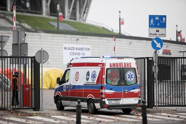 Ambulans przed stadionem PGE Narodowy w Warszawie / Leszek Szymański    /PAP