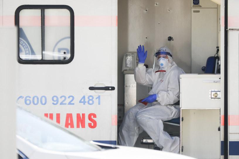 Ambulans przy oddziale zakaźnym w Krakowie /Beata Zawrzel /Reporter