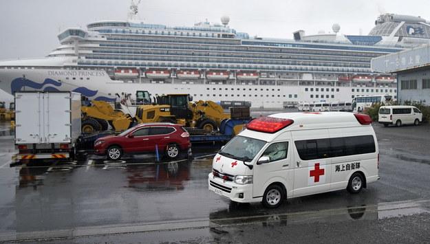 Ambulans przy wycieczkowcu Diamond Princess /FRANCK ROBICHON /PAP/EPA