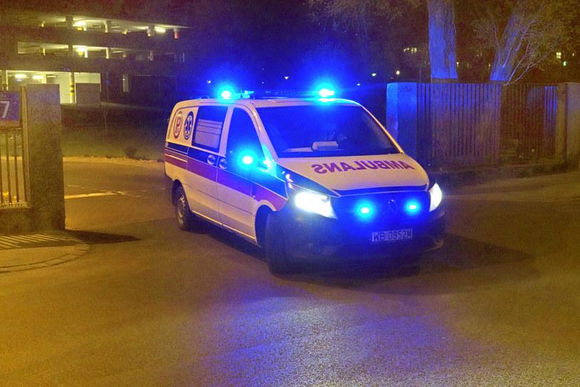Ambulans wyjeżdża ze szpitala, w którym leczą się chorzy na COVID-19 /Wojtek Laski /East News