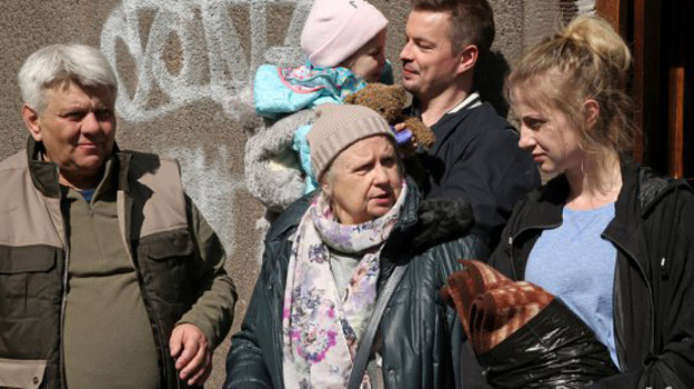 Amelia i Mirek odważnie włączą się w walkę o prawa mieszkańców, stając się lokalnymi bohaterami /www.barwyszczescia.tvp.pl/