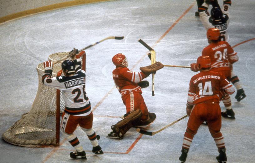 Amerykanie cieszą się po bramce w meczu z ZSRR na igrzyskach w Lake Placid w 1980 roku /AFP