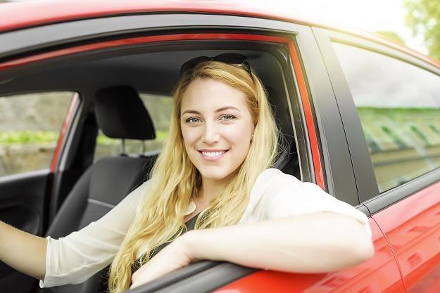 Amerykanie myślą, że ubezpieczenie czerwonego samochodu jest droższe /©123RF/PICSEL