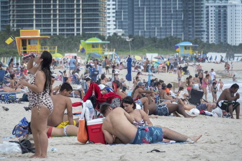 Amerykanie nie zachowywali dystansu społecznego. Na zdjęciu plaża w Miami /CRISTOBAL HERRERA-ULASHKEVICH /PAP/EPA