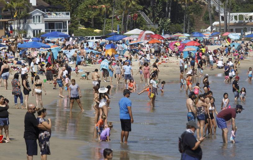 """""""Amerykanie porzucili izolację"""". Na zdjęciu jedna z plaż w Kalifornii /EUGENE GARCIA /PAP/EPA"""