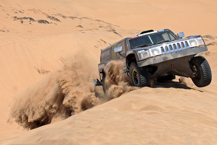 Amerykanin Robby Gordon  (Hummer)  na trasie 4 etapu Rajdu  Dakar 2010 /AFP