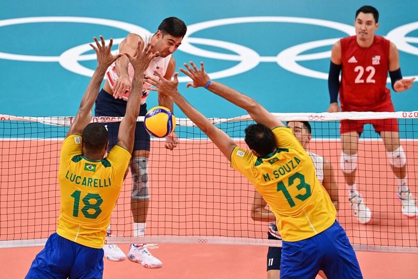 Amerykanin Taylor Sander przedziera się przez brazylijski blok /AFP