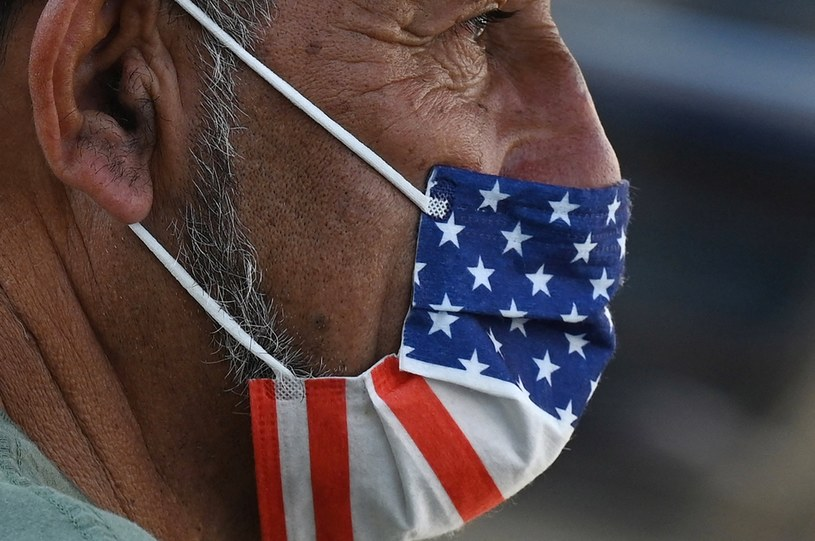 Amerykanin w masce ochronnej; zdj. ilustracyjne /AFP