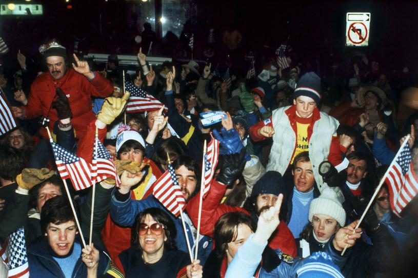 Amerykańscy fani świętują triumf nad ZSRR w turnieju hokejowym igrzysk w Lake Placid w 1980 roku /AFP