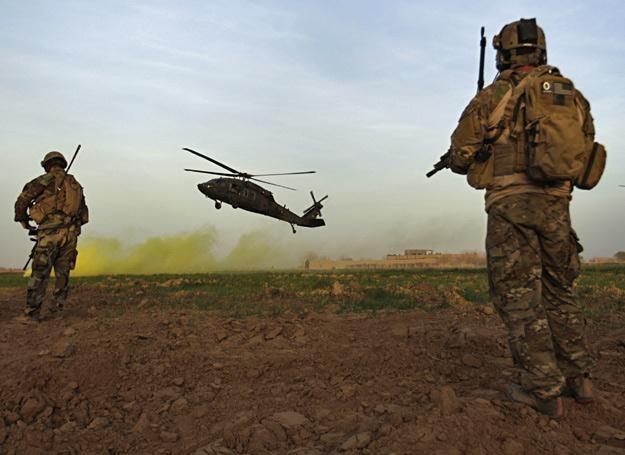 Amerykańscy komandosi osłaniają lądowanie śmigłowców Black Hawk w Afganistanie /AFP