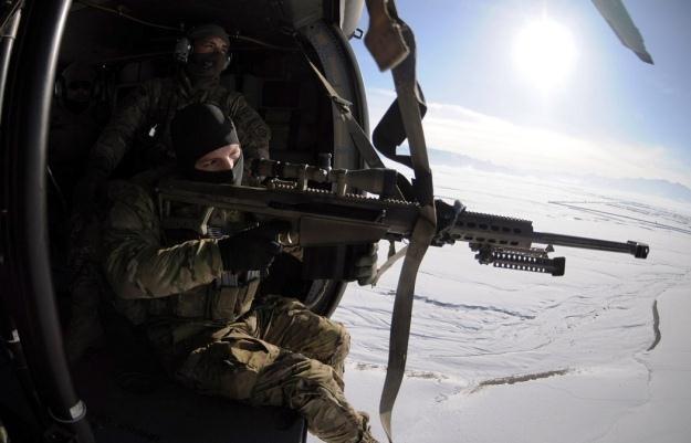 Amerykańscy snajperzy ćwiczą nad Afganistanem.   Fot. Army /materiały prasowe