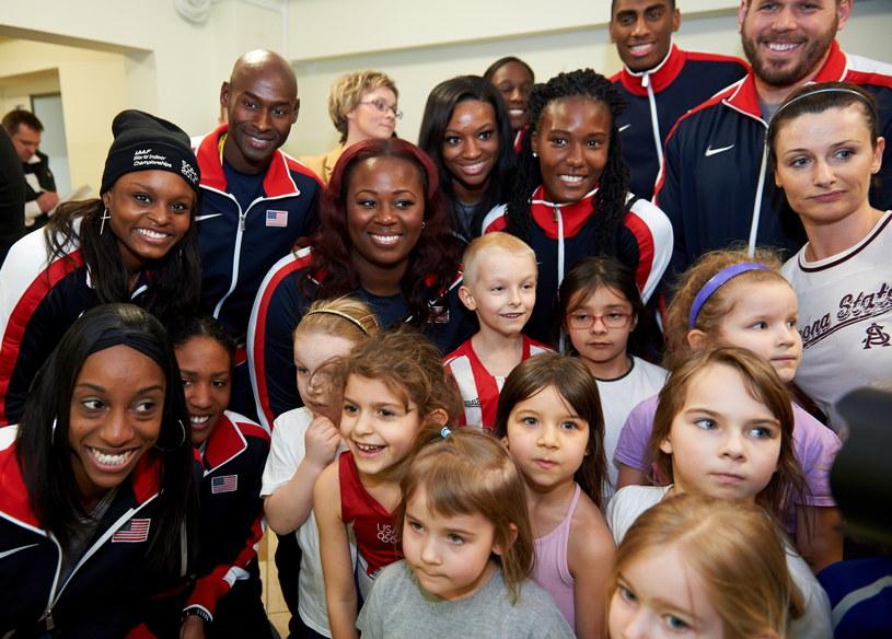 Amerykańscy zawodnicy pozują do zdjęcia z młodzieżą podczas odwiedzin Zespołu Szkół Sportowych i Ogólnokształcących w Gdańsku /Fot. Adam Warżawa /PAP