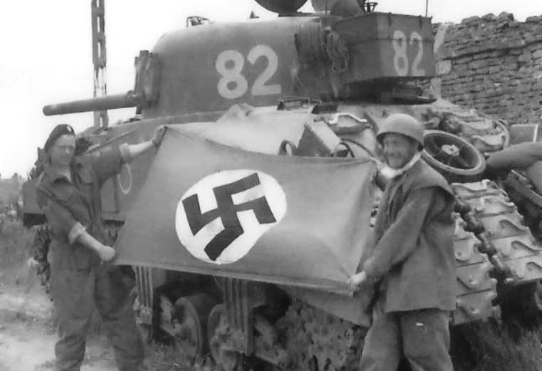 Amerykańscy żołnierze cieszą się z trofeów zdobytych na Niemcach /Bundesarchiv /INTERIA.PL/materiały prasowe