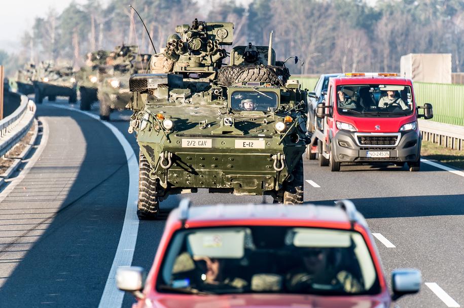 Amerykańscy żołnierze na drodze ekspresowej S8 na zdjęciu z marca 2017 roku / Maciej Kulczyński    /PAP